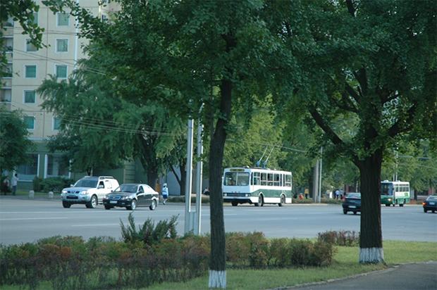 트롤리 버스가 다니는 평양시내의 거리 모습. 이 당시는 차량이 그리 많지는 않았다. (2011년 9월).