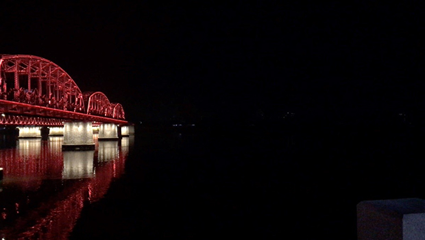 밤에 바라본 북한 땅. 조명으로 환한 단둥과 달리 북한은 어둠이 짙게 깔려 있다.