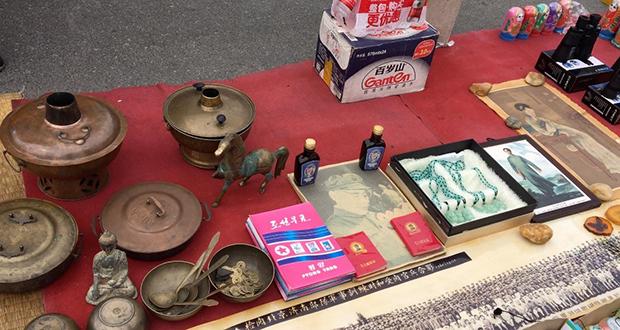 신압록강대교 아래서 관광객을 대상으로 북한 상품이 팔리고 있다.