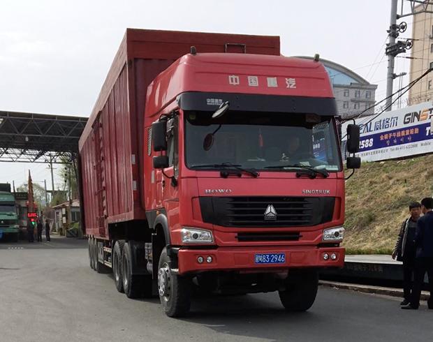 중국 세관을 통과하고 있는 북한 화물 트럭. 평안북도 번호판을 달고 있으며, 대북제재 탓인지 이날 들어온 수십 대의 화물트럭은 모두 비어 있었다.