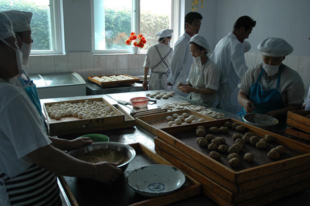 만경대 제2식료공장 안에서 노동자들이 빵을 만들고 있는 모습. (2008년 8월)
