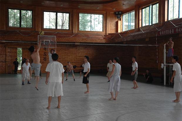 남흥청년화학연합기업소 직원들이 여가시간을 이용해 직원용 체육관에서 배구를 즐기고 있다.