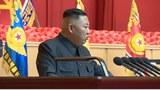 7월 30일 북한 관영매체 보도에서 7월 24~27일 강습회에 참석한 김정은 총비서 머리에 반창고가 붙여져 있다(사진 위). 아래 사진은 7월 28일 북중 우의탑을 방문한 김정은 총비서의 머리에는 반창고가 보이지 않는 모습..