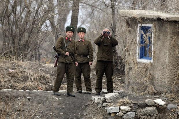 북, 무산군 국경경비대 군인 무장 탈영에 비상