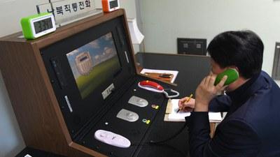 사진은 2018년 1월 3일 판문점 공동경비구역 내 연락사무소에서 우리측 연락관이 북측과 통화를 위해 남북직통 전화를 점검하는 모습.