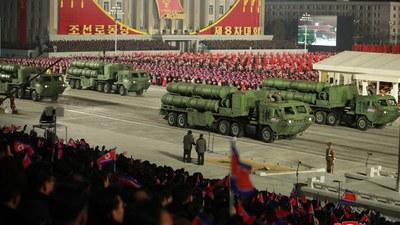 14일 북한 평양에서 당 제8차 대회 기념 열병식이 열렸다고 조선중앙통신이 15일 보도했다. 사진은 열병식에 등장한 지대지 순항미사일 추정 무기. 차량 옆면에 사격통제실 출입문처럼 보이는 구조물이 보인다.
