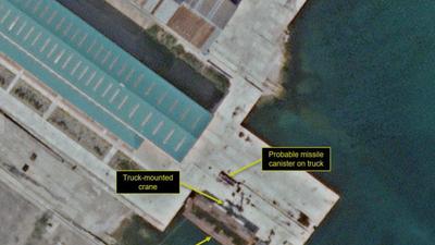 10일 북한 신포조선소에서 포착된 잠수함탄도미사일(SLBM) 시험용 선박의 미사일 발사관 개보수 정황.