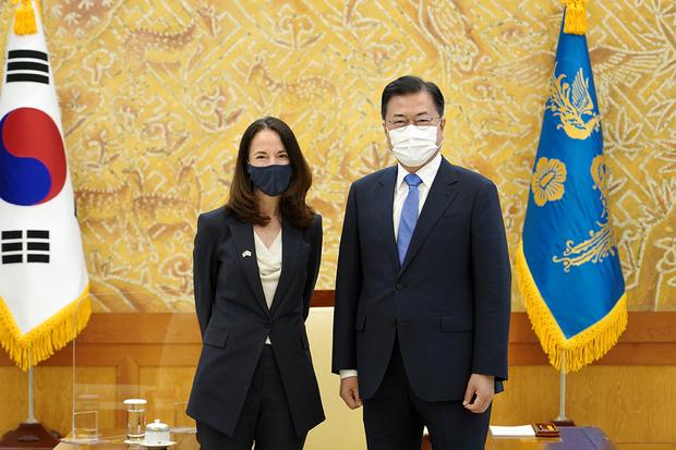 """미 정보국장, 문 대통령 예방…""""한반도 정세 논의"""""""