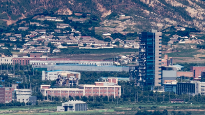16일 경기도 파주시 접경지역에서 바라본 개성공단 일대에서 지난해 북한이 폭파시킨 남북공동연락사무소와 폭파 시 충격으로 훼손된 개성공단지원센터가 1년 째 방치되어 있다.