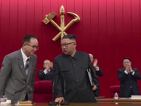 김정은 북한 노동당 총비서 주재로 열린 당 중앙위원회 제8기 제3차 전원회의가 지난 18일 폐회했다. 김 총비서의 총애를 받고 있는 것으로 알려진 조용원 당 조직비서가 공손한 자세로 김 총비서의 설명에 귀를 기울이는 모습.