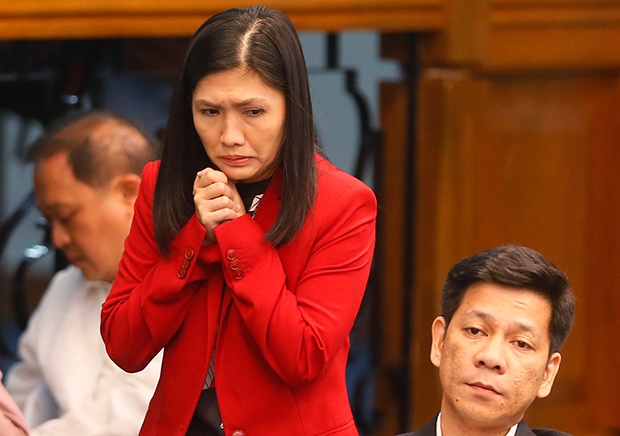 지난 2016년 4월 19일 '리잘 상업은행'의 책임자였던 마이아 데구이토가 8,100백만 달러를 불법 송금 사건과 관련해 필리핀 상원 의원과 질의 응답을 하고 있다.