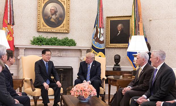 8일 트럼프 대통령이 한국 대통령 특사로 미국을 방문한 정의용 청와대 국가안보실장을 백악관에서 만나 북한을 방문했던 결과를 보고 받고 있다.
