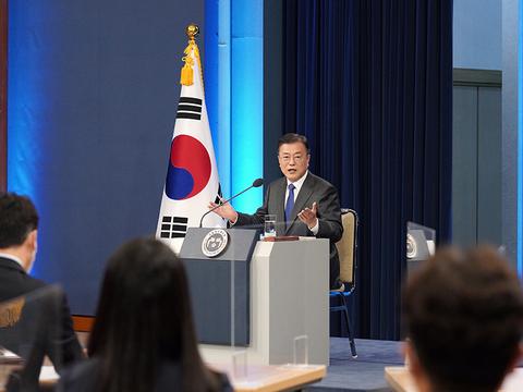 문재인 한국 대통령이 10일 청와대 춘추관에서 취임 4주년 특별연설을 하고 있다.