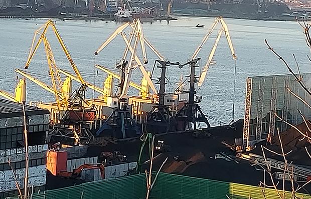 나호트카 항구에서 화물운반기중기가 석탄을 석탄운반선박에 옮겨놓고 있다.