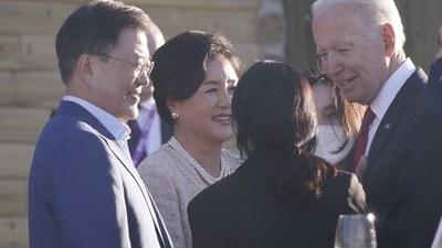 G7 정상회의에 참석 중인 문재인 대통령 부부와 조 바이든 미국 대통령이 지난 12일 영국 콘월 카비스베이 호텔 앞 해변에 마련된 만찬장에서 에어쇼를 기다리며 환담을 나누고 있다.