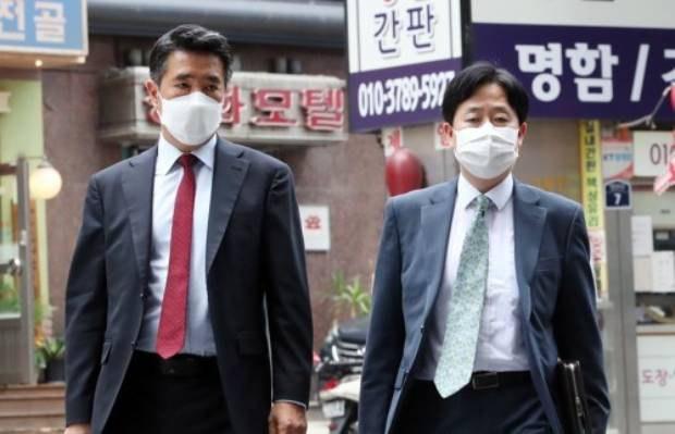 임갑수 외교부 평화외교기획단장(왼쪽)이 2021년 6월 22일 미국 국무부 대북특별대표단이 머물고 있는 서울 종로구 포시즌스 호텔로 향하고 있다.