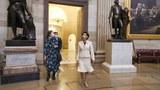 미 연방 의회 빌딩 안으로 걸어가고 있는 영 김 의원.