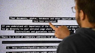 지난 2016년 프랑스의 한 IT 전문가가 랜섬웨어에 감염된 대형 컴퓨터 화면을 보여주고 있다.