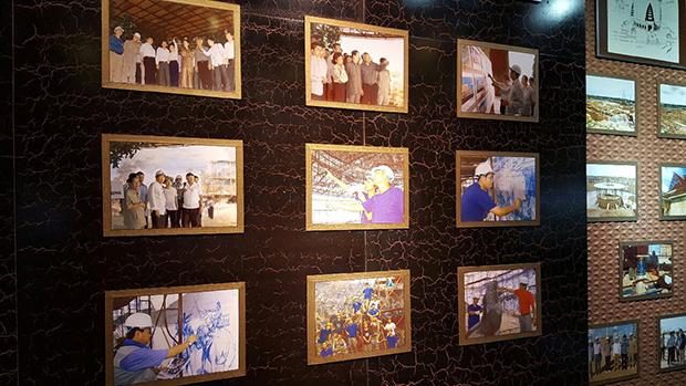 박물관 건립 당시 북한 예술가들이 작업하는 모습이 담긴 사진이 전시장에 걸려 있다. RFA PHOTO/ 노재완
