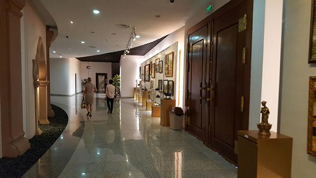 한 외국인이 박물관 직원의 안내를 받아 기념품 상점으로 가고 있다. RFA PHOTO/ 노재완
