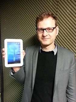 독일 언론인 소렌 키텔(Sören Kittel) 씨가 북한에서 구입한 태블릿PC(판형 컴퓨터) '삼지연'을 보여주고 있다. RFA PHOTO/ 박성우