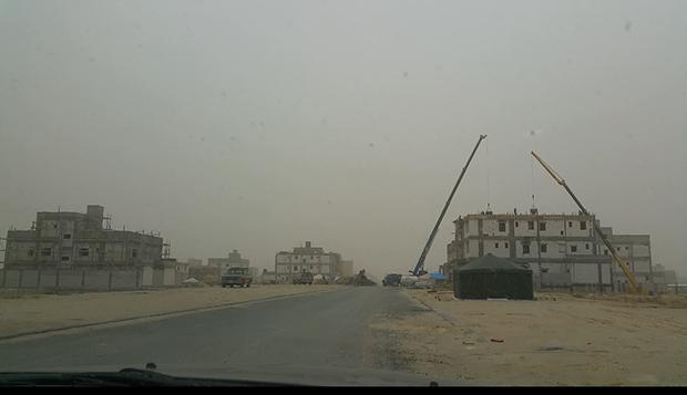 북한 노동자들이 일하고 있는 쿠웨이트 싸바흐 알 아흐마드 지역의 공사현장. 모래바람 때문에 건물 뒤쪽은 보이질 않는다.