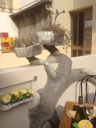 세인트 폴스 베이 식당 입구에 남겨진 북한식당의 돌장식. RFA PHOTO/ 양희정