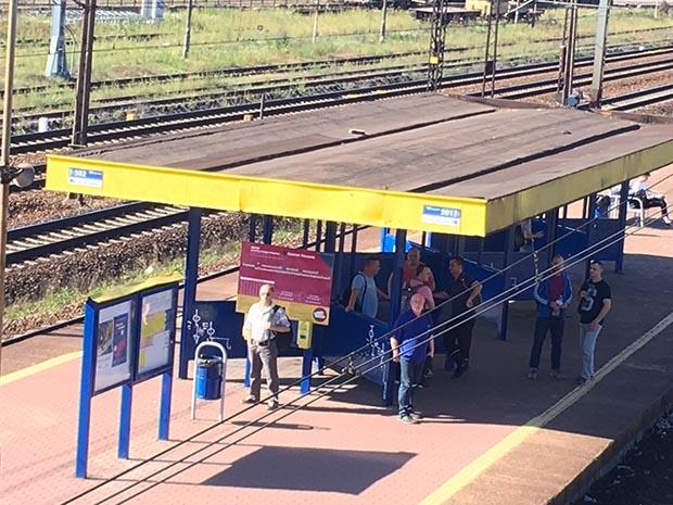 퇴근하기 위해 나우타 조선소 역에서 기차를 기다리는 노동자들 중 아시아인은 보이지 않는다. RFA PHOTO/ 양희정
