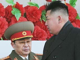 김정은 북한 국방위 제1위원장의 고모부이자 김정은 체제의 2인자 역할을 해 온 장성택 북한 국방위원회 부위원장이 최근 실각했을 가능성이 높은 것으로 알려졌다.   사진은 2012년 2월 평양에서 열린 군사 퍼리에드 당시 김정은 제1위원장과 장성택 부위원장의 모습.