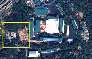 지난 6월 이후 새 건물에 관한 건축공사를 시작한 평양의 국가안전보위부. 그 앞에 새로 세워진 김정일 국방위원장의 동상(빨간 원)도 보인다.  사진-Geoeye Satellite Image 제공