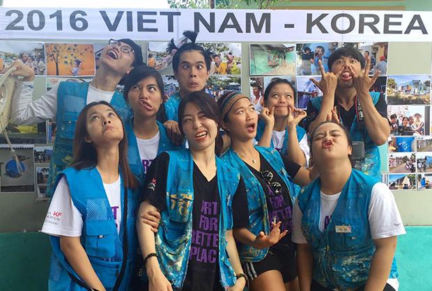 베트남 대학생들과 함께 벽화작업에 참여한 모습. (사진제공: 박정주)