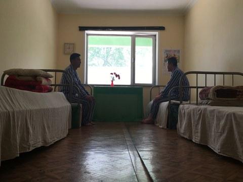 평양의 국립결핵표준실험실에 환자 2명이 앉아 있다.