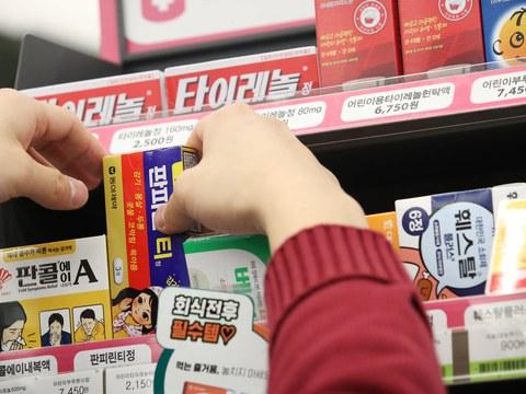 사진은 18일 서울 강남구 CU BGF사옥점 상비의약품 판매대 .