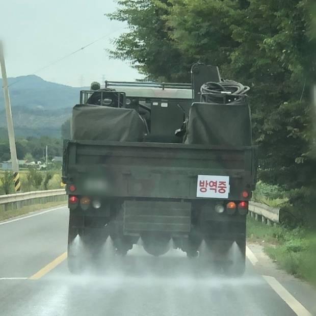 군제독차량으로 도로방역 장면.