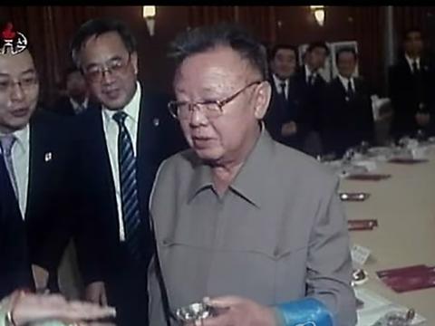 뇌졸중 후유증으로 왼손 사용이 불편한 것으로 알려진 김정일 국방위원장이 중국 동북지역 방문 중 왼손으로 술잔을 들고 있는 모습.