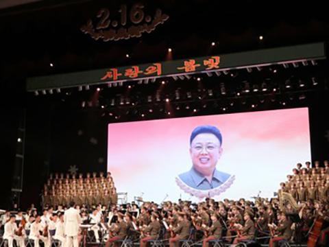 김정일 국방위원장의 생일('광명성절') 기념 공연에서 김정일 위원장의 사진이 내걸린 가운데 음악이 연주되고 있다.
