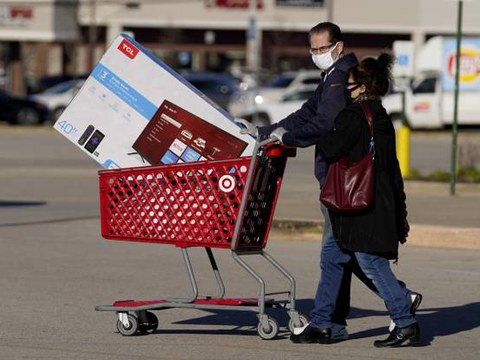 미국의 블랙프라이데이 쇼핑객이 타겟에서 TV를 사서 나오고 있다.