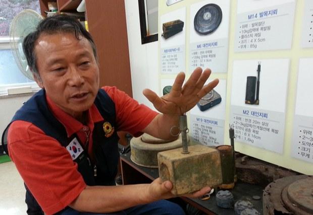 지난 19일 경기도 고양시 한국지뢰제거연구소사무실에서 만난 김기호 소장. 김 소장이 비무장지대에서 발견한 유실된 각종 지뢰를 보여주고 있다.