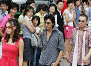 70-80년대 유행 패션을 입은 모델들이 거리를 활보하고 있다.