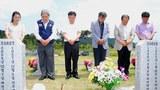 6ㆍ25 전쟁 62주년인 지난달 25일 국립 대전현충원을 찾은 6ㆍ25 전쟁 참전 유가족이 묘소에 참배하고 있다.