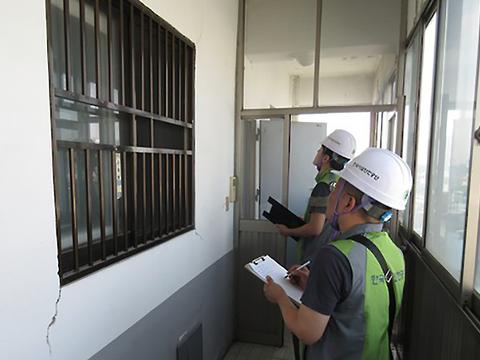 전기 가스안전공사 직원과 민간전문가들이 건물 안전 진단을 체크하고 있다.