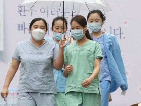계명대학교 대구동산병원에서 간호사들이 우산을 쓰고 보호구 착의실로 향하고 있다.