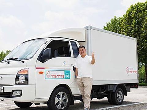 사진은 자립을 꿈꾸는 어려운 이웃에게 창업용 차량과 컨설팅을 지원하는 '기프트카 캠페인'으로 지원받은 차량.