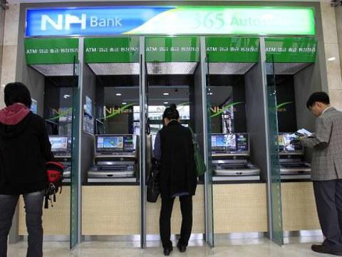 지난 2011년 북한이 은행전산망을 해킹한 것으로 알려진 가운데 서울의 한 농협지점에서 고객들이 ATM을 이용하고 있다.