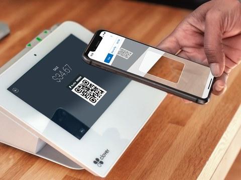 사진은 QR코드를 이용해 물건 값을 결재 하는 모습.