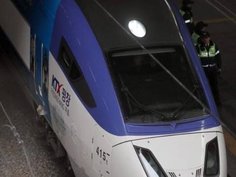 지난 2018년 김영남 최고인민회의 상임위원장과 김여정 노동당 중앙위 제1부부장이 탄 KTX 열차가 서울역을 빠져나가고 있다.