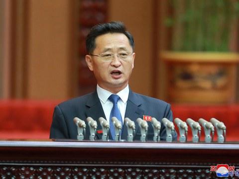 북한이 지난 17일 평양 만수대의사당에서 최고인민회의를 개최했다고 조선중앙통신이 보도했다. 회의에 참석한 김덕훈 내각 총리가 연단에 올라 발언하고 있다.