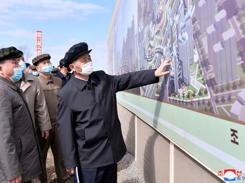 김덕훈 북한 내각총리가 평양시 1만세대 살림집 건설장을 시찰하고 있다.