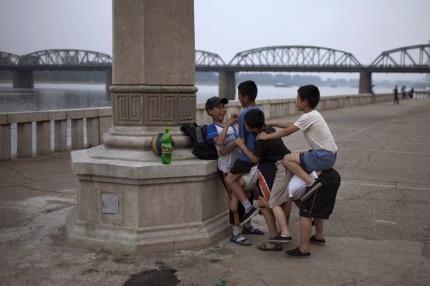 세상에 너무 부러운 것이 많은 북한 어린이들