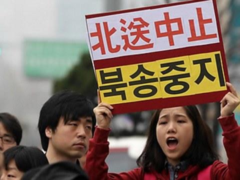 지난 2012년 4월 서울 종로구 중국대사관 앞에서 열린 탈북자의 북송중지 및 난민협약 준수 촉구 기도회에서 한 여성 참석자가 탈북자 북송중지를 호소하고 있다.